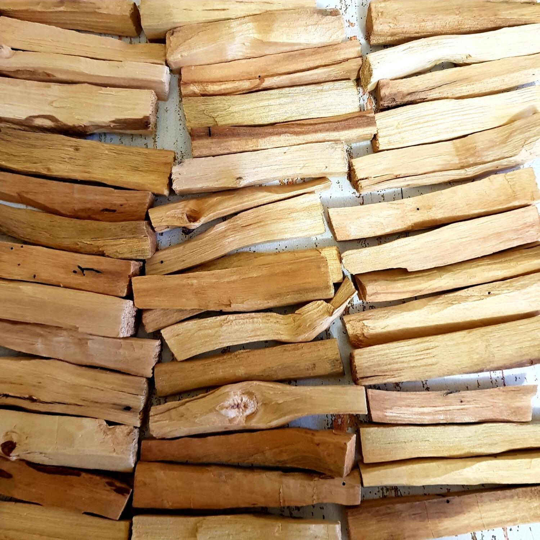 неровная форма и следы от насекомых палочек пало санто
